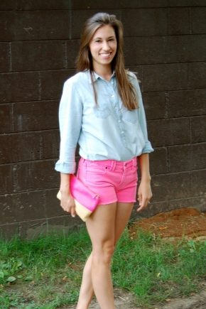 З чим носити рожеві шорти?