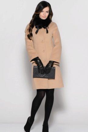 Жіноче пальто з хутряним коміром