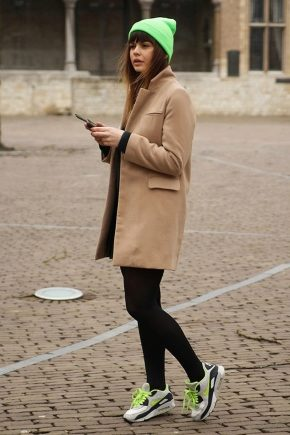 Пальто з кросівками: як носити?