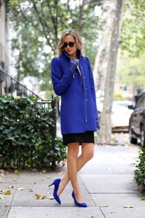 З чим носити пальто синього кольору?