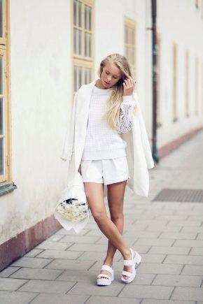З чим носити білі босоніжки?