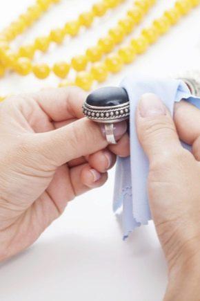 Як почистити срібло з каменями в домашніх умовах?