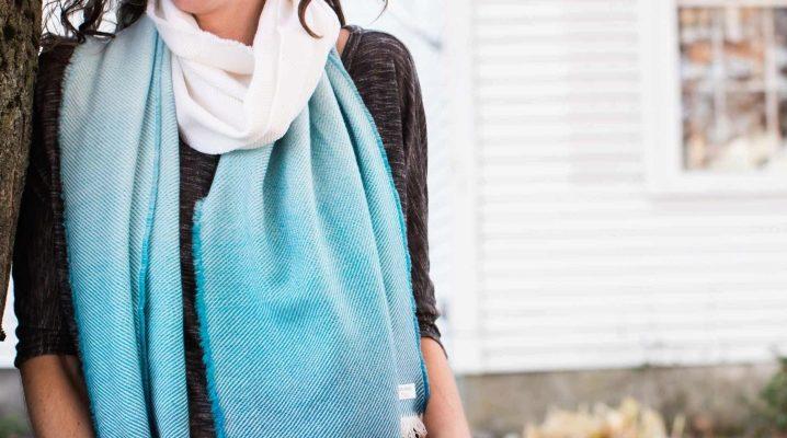 З чим носити блакитний шарф?
